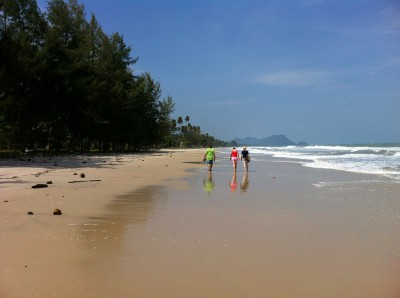 khanom-hill-resort-beach-walk